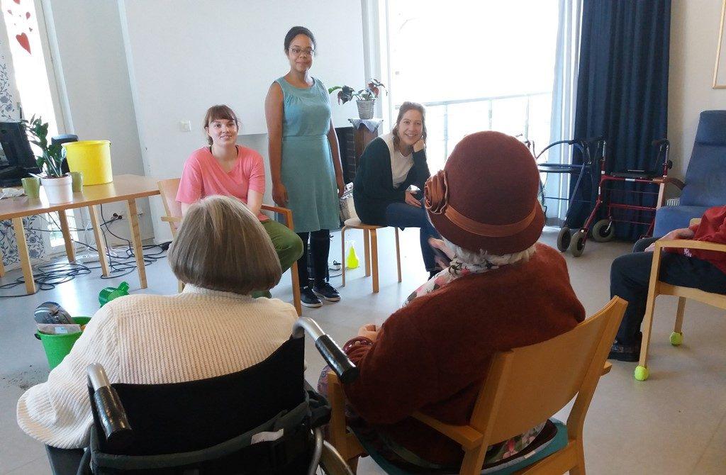 Nuoret taideopiskelijat esiintyvät hoivakoti Kyläkallion asukkaille.