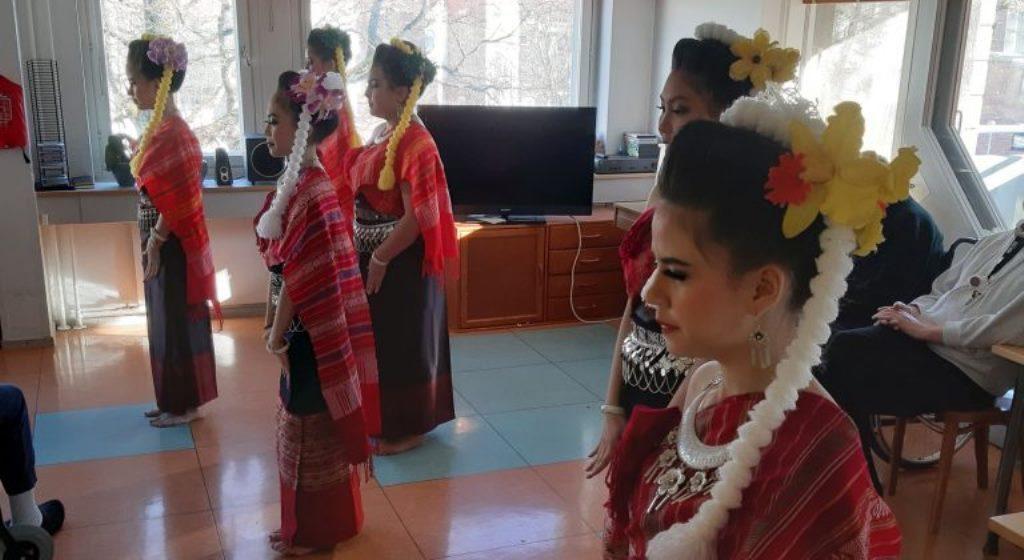 Thai-tanssijat ja tunnelmaa vapaaehtoisten voimin Alppituvassa